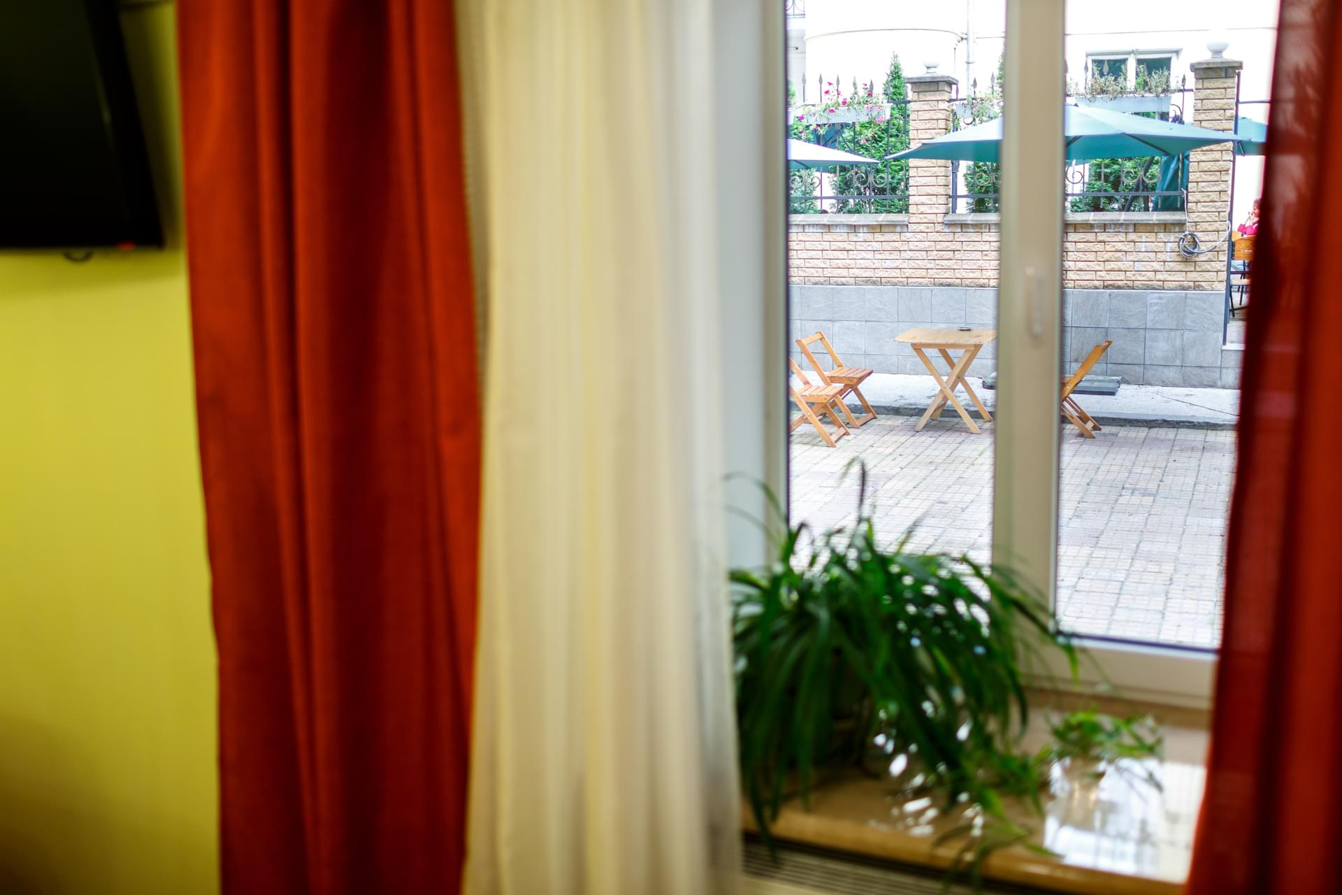 Територія затишного готелю у центрі міста Львів Dicovery B&B